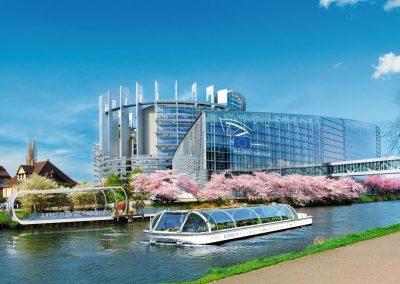 Bateau-mouche devant le Parlement Européen